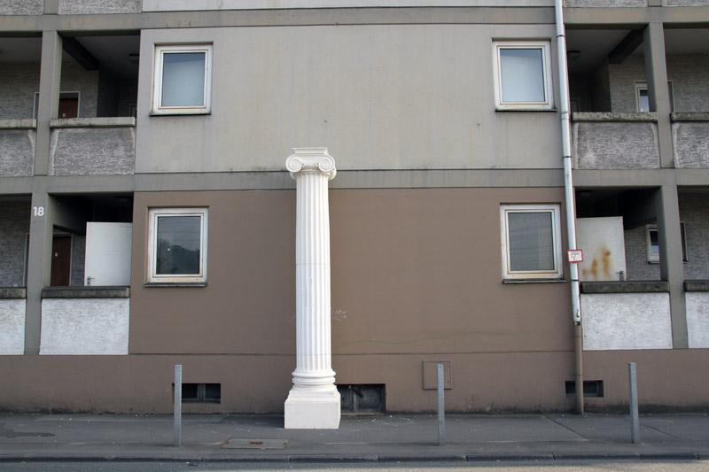 Klassisches Architekturelement als Aufwertung schnöder Gebäude